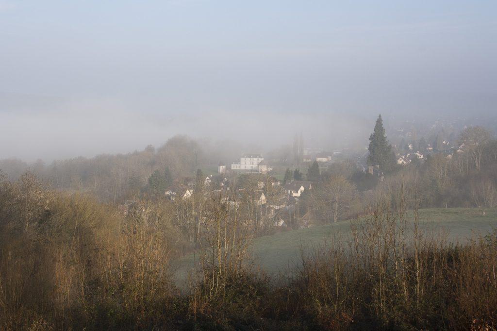 Patrimoine de nos communes Vue chateau La Motte dans la brume©AsOTVR